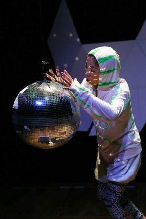 ソロ公演『わたしはあなた、あなたはわたし』宇宙人/11役 Photo / Nobuyuki Aoki