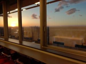 ホールの窓から見た東東京の夕焼け色の街並み