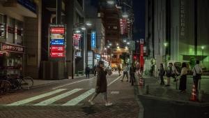 Photo/Shigeru Yamada AAPA企画『となりとのちがいvol.5』声と身体を使った簡単なワークショップ・パフォーマンス出演・一部振付。 シェイクを飲みながら横断歩道を渡る中村明日香
