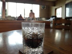 模様の入った曇りグラスに、濃い色のアイス珈琲。