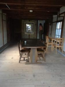 玄豆屋さんの蔵の中。木製のテーブルと椅子がある。