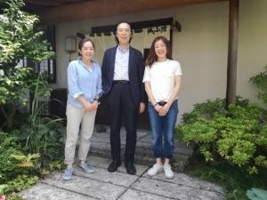 お蕎麦屋さんの前で。左から演技演出の十文字さん、コミネス館長の志賀野さん、中村明日香