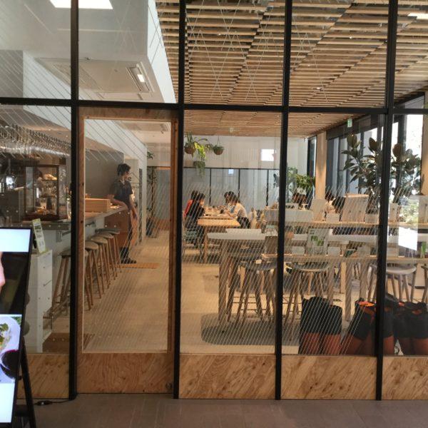 渋谷のカフェ、渋谷CAST/Åre。ガラス張りで光が射し込む温かい雰囲気のカフェ。
