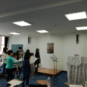 子供達の合唱の練習