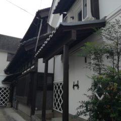 白と黒の外装が美しい建物。歴史的風致建造物。伝統的町屋建築。
