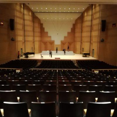 湘南高校合唱部春の定期演奏会2018 @鎌倉芸術館大ホール。大ホール客席から舞台を見下ろす。舞台仕込み中。