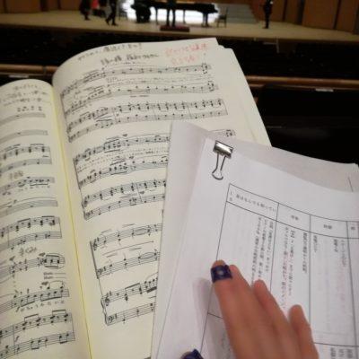 楽譜と進行台本を照らし合わせながら、テクニカルリハーサル。指サックをして譜めくりもスムーズに。