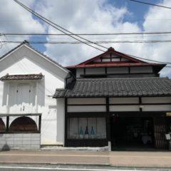 大谷忠吉本店(白陽酒造)建造物群。歴史的風致建造物。奥州街道に面した店舗の両脇に漆喰の蔵が並立。