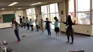 子供達に両手を広げて合わせるダンスの振り入れをする中村明日香