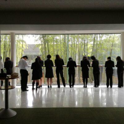 開場前、準備で忙しい学生達。静かなロビーにて折り込み中の後ろ姿。