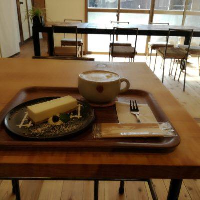 EMANONカフェにて、カフェラテとチーズケーキ。