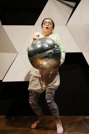ソロ公演『わたしはあなた、あなたはわたし』眼鏡娘/11役 Photo / Nobuyuki Aoki