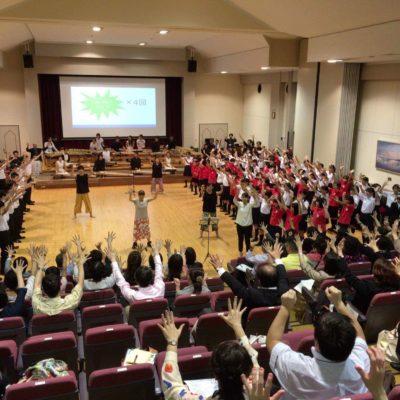 日本音楽教育学会アウトリーチプログラム『ミュージキング』振付/振付指導@横浜国立大学 4つの小中高校生合唱グループからなる混声合唱+日本古典楽器によるインド音楽の演奏+観客参加型のダンス振付のコラボレーション。100人の参加者に振付をする中村明日香。