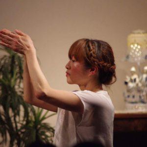 自主コンサート『ここから。』 photo / Yasuhiro Sasaki 両手を額の前で合わせ目をつぶり、祈るようなポーズの中村明日香