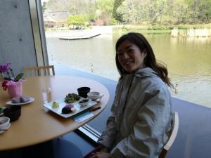 博物館内のレストラン窓際で、能舞台を眺めながらお料理をいただく中村明日香
