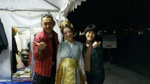左から、衣装担当の山中ガショウさん、中村明日香、アシスタントの奥様