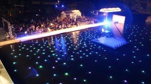 水上能舞台屋外ステージを上空から撮ったもの。水中の光の300個のアートも美しい。