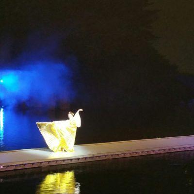 【東大寺と東北展】関連イベント『多賀・光の多面体』山口女王役@東北歴史博物館屋外水上能舞台 演出・振付・出演(山口女王)。橋掛りを踊りながら渡る中村明日香。対岸から当たる照明とスモークも幻想的。