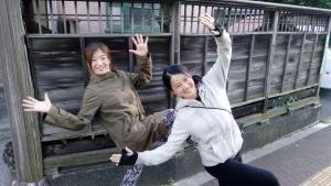 AAPA(企画)の永井美里さんと手を上げてポーズをとる中村明日香