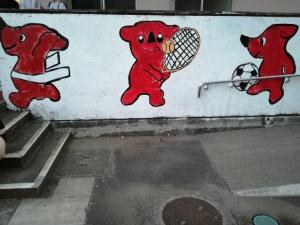 体育館前、スポーツをするチーバ君のイラスト。