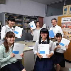 湘南高校合唱部春の定期演奏会2019。/演出・振付を担当。顧問の岩本先生、演出部の生徒4名と中村明日香、打ち合わせ後。新作のスコアを手に。