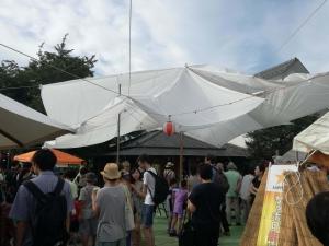敷地には生成りのテントが立ち並ぶ。
