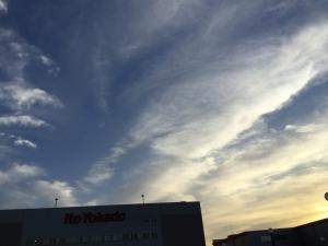 夕暮れ時の青い空