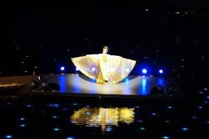 【東大寺と東北展】関連イベント『多賀・光の多面体』山口女王役@東北歴史博物館屋外水上能舞台 演出・振付・出演(山口女王)。水上能舞台上で、イシスウィングを広げる中村明日香。