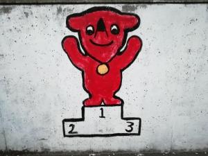 体育館前の壁。チーバ君表彰台に立つイラスト。