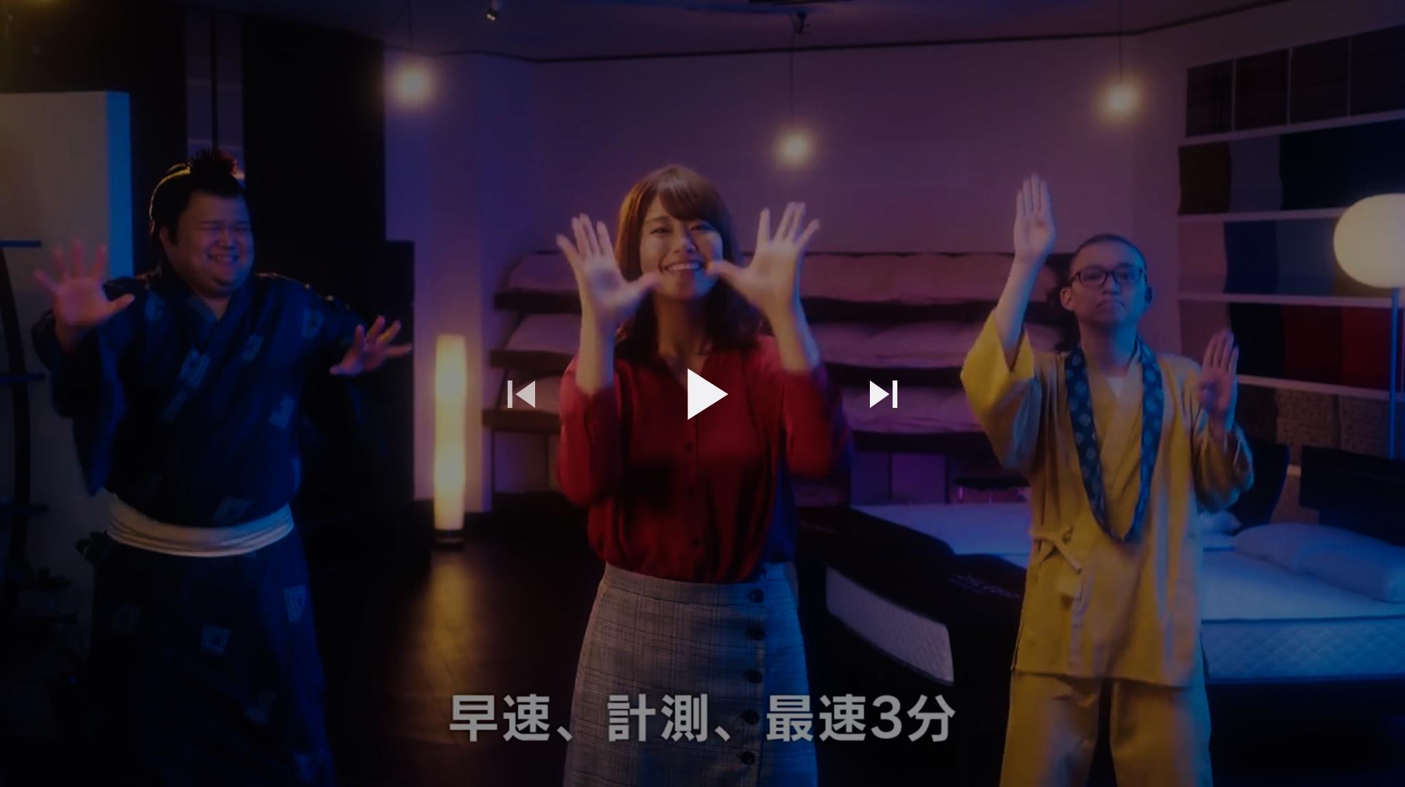 ASLEEP『カラダハカリズム』新WEB動画 YouTubeより静止画。センターに稲村亜美さん。左に力士役、右にお坊さん役の役者さん。踊りのシーン。