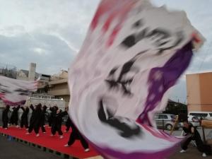 躍動感ある演舞と大旗の動き