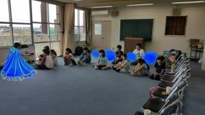 座って中村の話に耳を傾ける子供たち