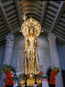 光源寺の御堂の光り輝く大観音様。