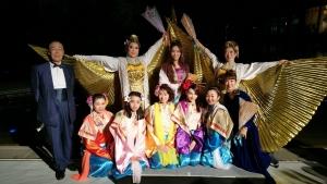 前列、女人役の華やかな女性陣5人とナレーションの飯田りかさん。後列左から山口女王の化身役としてトゥーランドット姫を演じたソリスト早坂知子さん、トスカ/リュウ役を演じた文屋小百合さん、中村明日香。
