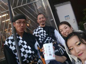 旗士のしのさん(中央)、たーさん(左)、踊子ゆーきちゃんと