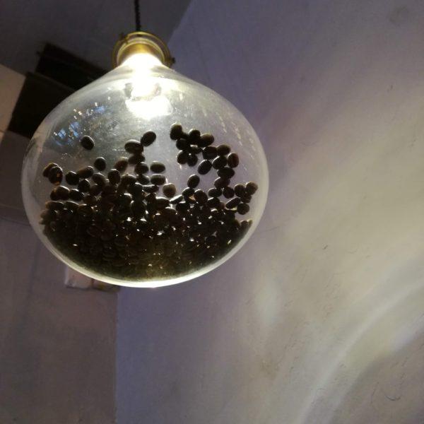 照明にコーヒー豆が入っている