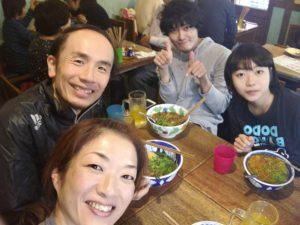 左から、木津さん、長南君、えりちゃんと、ベトナム料理。