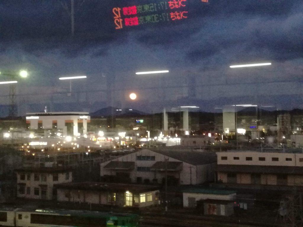 新幹線ホームから赤くて大きな満月が見えました。