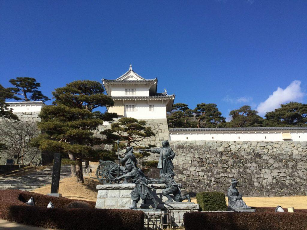 二本松城入口。手前は二本松少年隊とその母の像。