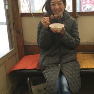 バスを待つ間に飯盛山ふもとのおみやげ屋さんのおでんをいただきました。