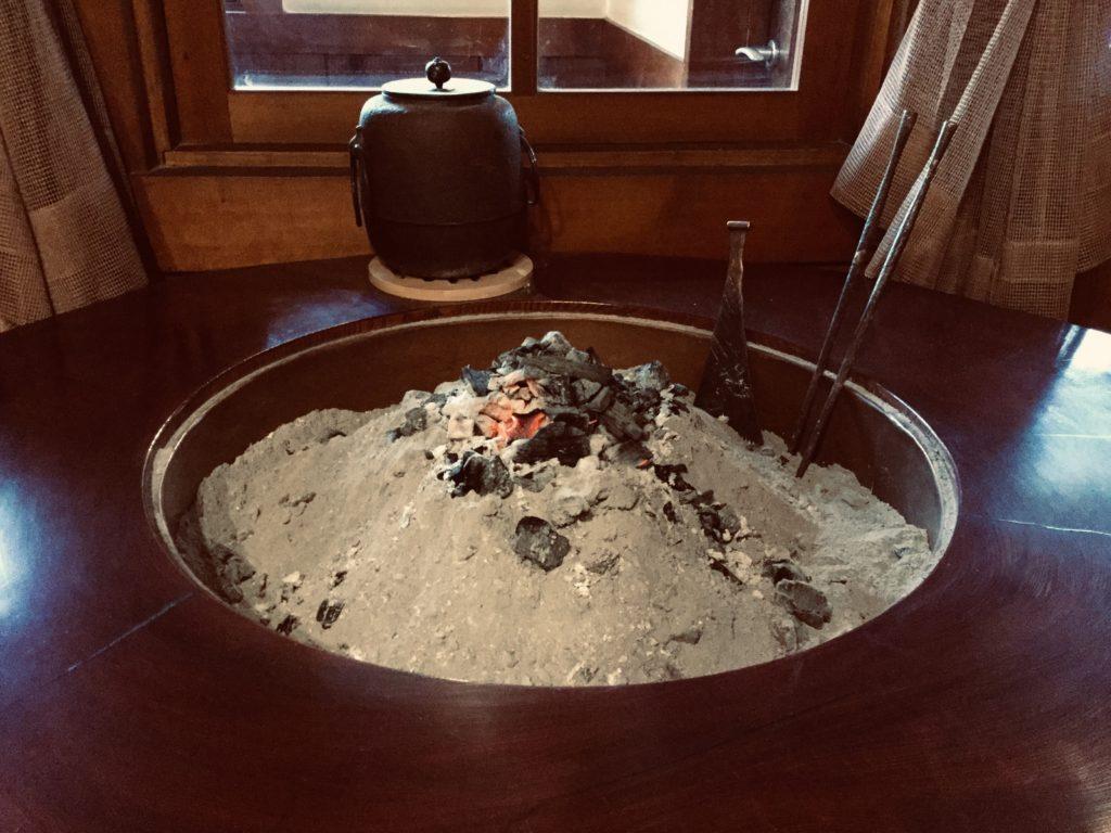 丸い炉端。何を焼くのだろう。