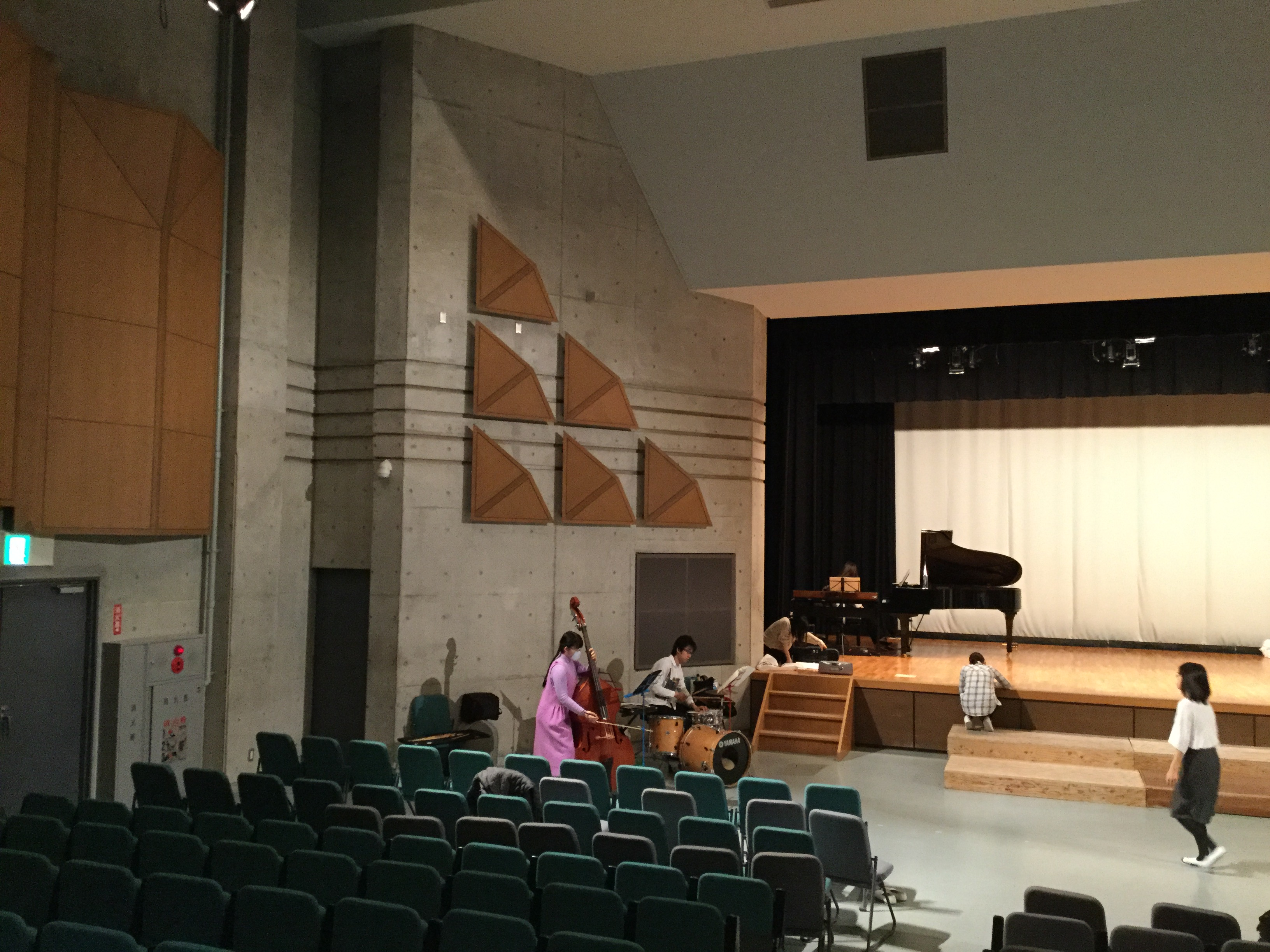 湘南高校ホールで最終リハ。楽団のみなさんも。