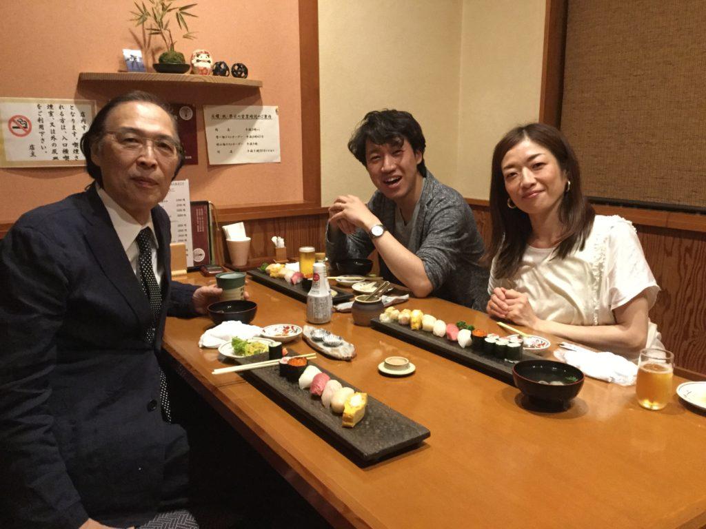 """稽古後にプロデューサーの志賀野さんが、マエストロの谷本さんと""""双葉""""という美味しいお寿司屋さんに連れて行ってくださいました。 決起会。 がんばりましょう!楽しみですね!"""